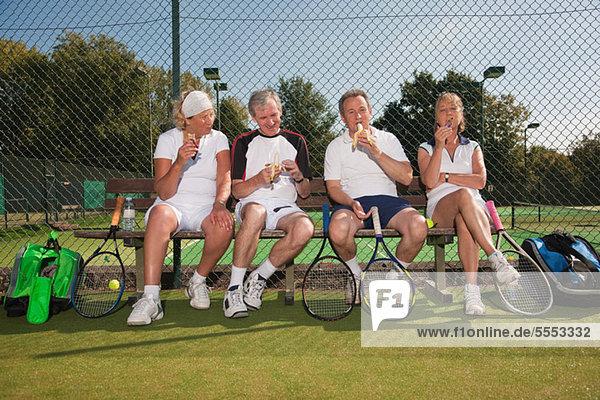 Senior Senioren Mittagspause Pause reifer Erwachsene reife Erwachsene essen essend isst Gericht Tennis