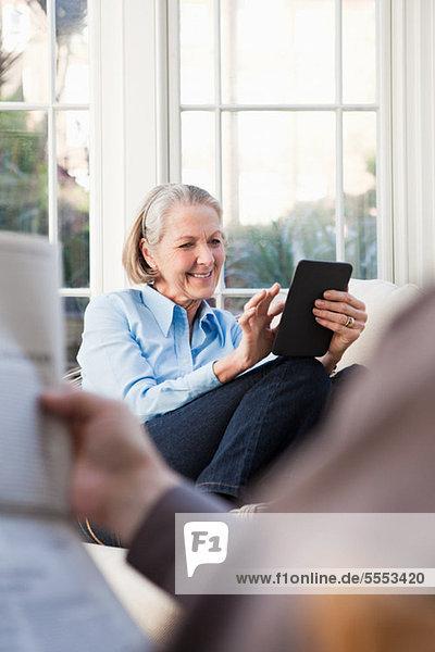 Seniorin mit elektronischem Buch