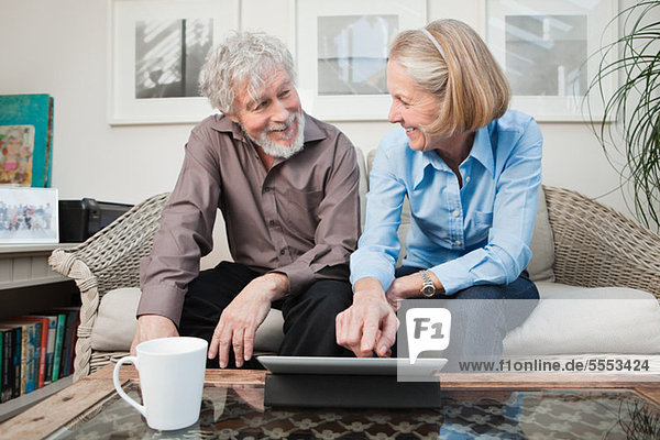 Seniorenpaar mit Digitalkamera