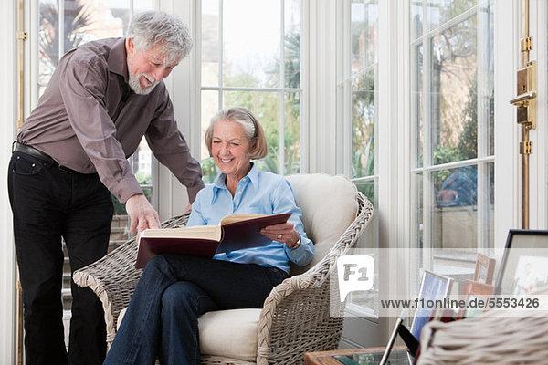 Senior Couple mit Fotoalbum