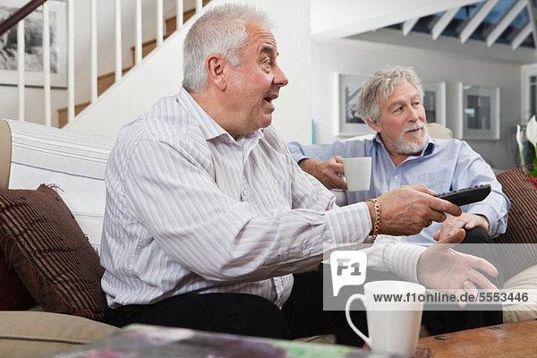 Senioren Herren schauen Fernsehen ungläubig