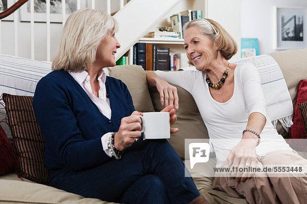 Seniorinnen beim Kaffee und Plaudern