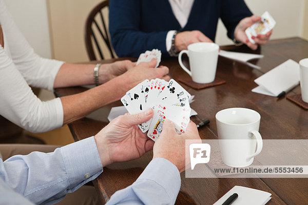Leute  die Karten spielen