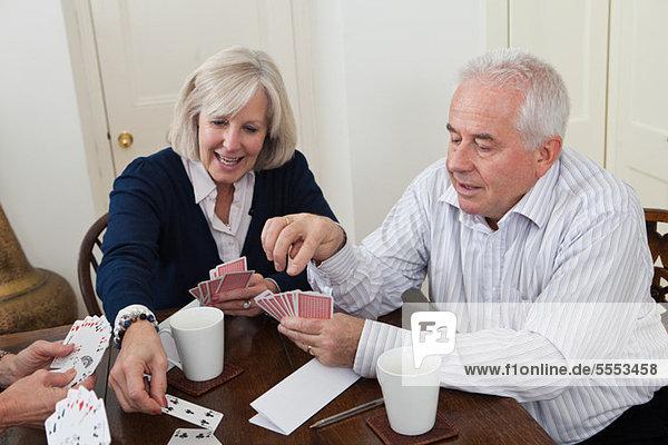 Reife Frau und senior Man Playing cards