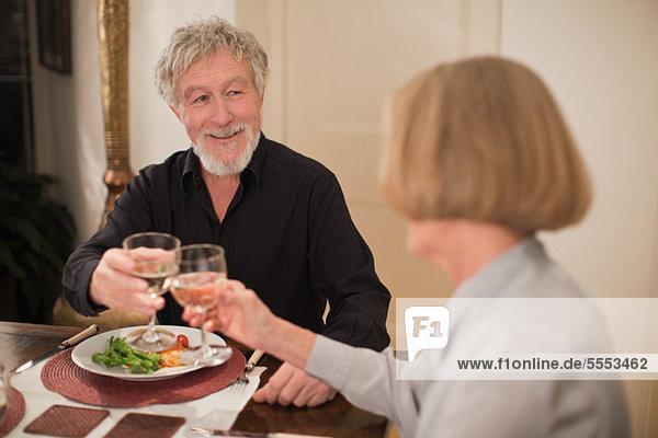 Paar Toast mit Wein zum Abendessen
