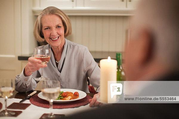 Seniorin mit Wein zum Abendessen