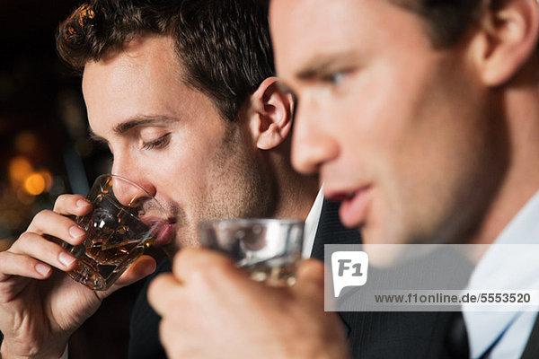 Geschäftsleute beim Trinken in der Bar