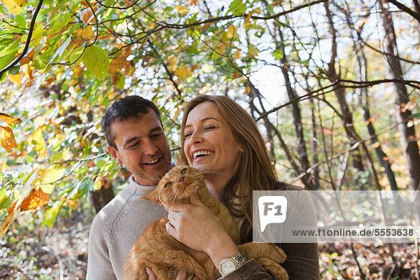 Glückliches Paar mit Haustier Katze