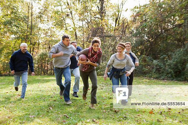 Reife Freunde beim Fußballspielen