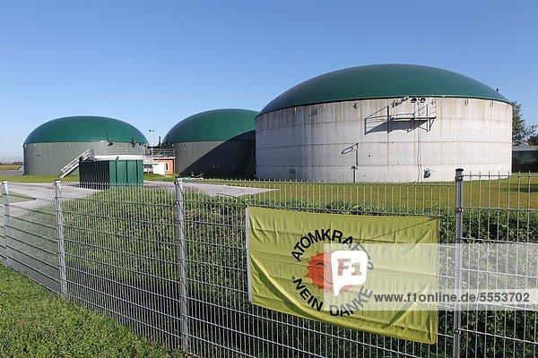Schild Atomkraft Nein Danke am Zaun vor einer Biogasanlage  Schleswig-Holstein  Deutschland Schild Atomkraft Nein Danke am Zaun vor einer Biogasanlage, Schleswig-Holstein, Deutschland