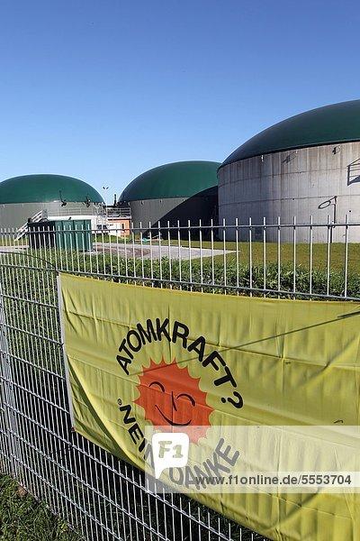 Schild Atomkraft Nein Danke am Zaun vor einer Biogasanlage  Schleswig-Holstein  Deutschland