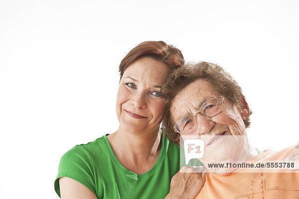 Lächelnde alte und reife Frau