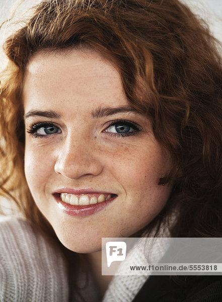 Lächelnde Teenagerin mit lockigen Haaren  Portrait