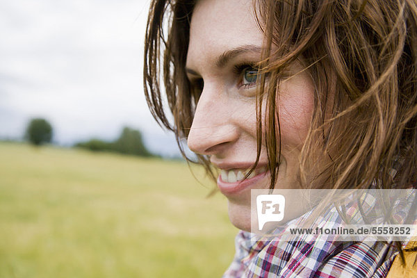 Nahaufnahme des lächelnden Gesichts der Frauen