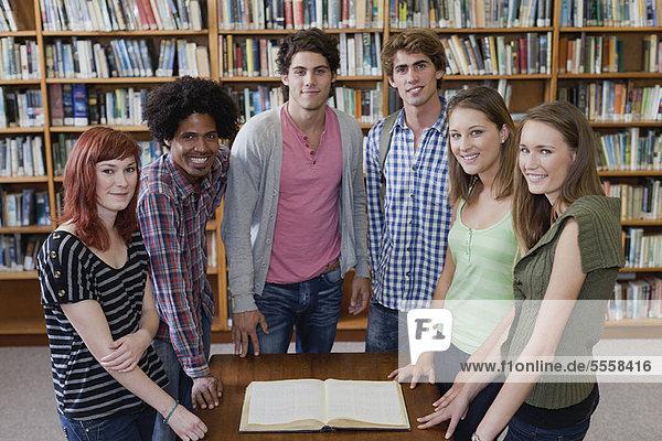 Buch  Bibliotheksgebäude  Student  Taschenbuch  vorlesen