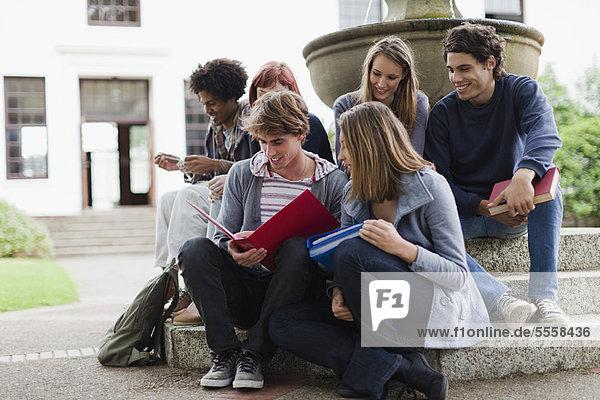 Springbrunnen  Brunnen  Fontäne  Fontänen  Student  Campus  Zierbrunnen  Brunnen  vorlesen