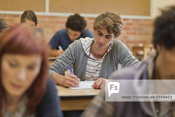 Schüler  die in der Klasse arbeiten