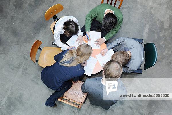 Overhead-Ansicht der Geschäftsleute am Schreibtisch
