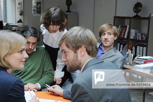 Zusammenhalt  Schreibtisch  Mensch  Menschen  arbeiten  Business