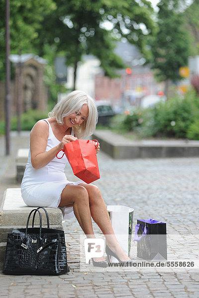 Frau beim Einkaufen im Freien