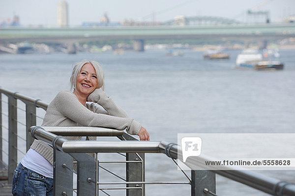 Ältere Frau bewundert Stadthafen