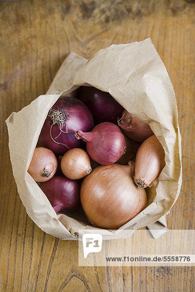 Geöffnete Beutel mit gemischten Zwiebeln