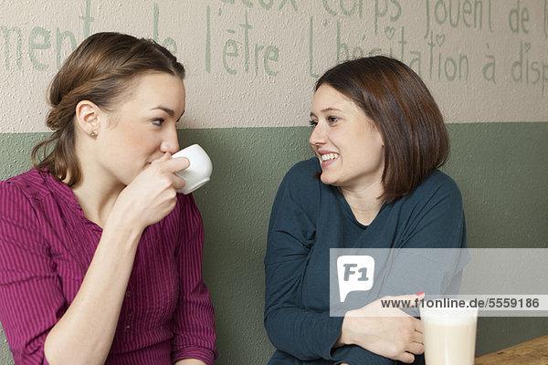 Frauen bei einer Tasse Kaffee im Café