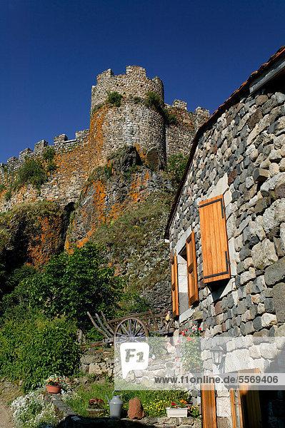 Schloss und Kapelle auf Basaltfelsen  Arlempdes  wird als eines der schönsten Dörfer Frankreichs bezeichnet  Les Plus Beaux Villages de France  Loire-Tal  Haute Loire  Auvergne  Frankreich  Europa