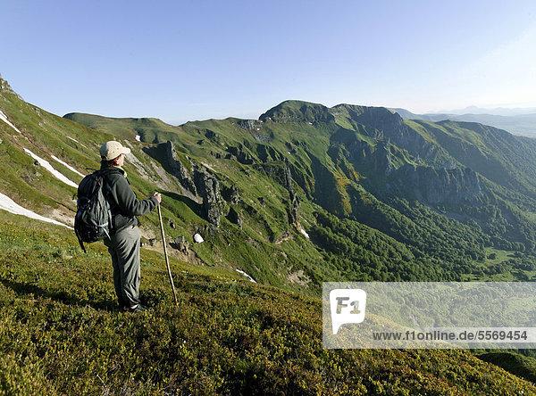 Wanderer auf dem Massif du Sancy  Chaudefour-Tal  Parc Naturel Regional des Volcans d'Auvergne  Regionaler Naturpark Volcans d'Auvergne  Monts Dore  Puy de Dome  Frankreich  Europa