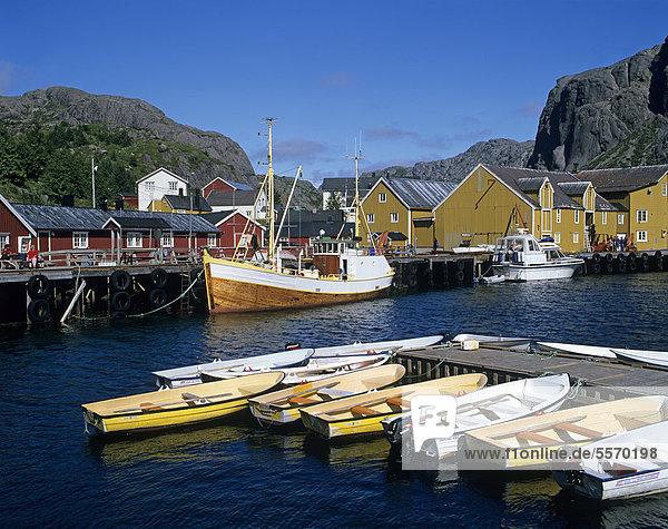 Boote im Hafen von Nusfjord  Insel Flakstad¯ya  Flakstadoya  Lofoten  Norwegen  Skandinavien  Europa