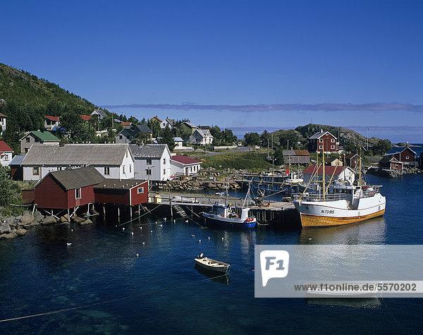 Fischerboote im Hafen von Sakris¯ya  Sakrisöya  Moskenes¯ya  Moskenesöya  Lofoten  Norwegen  Skandinavien  Europa