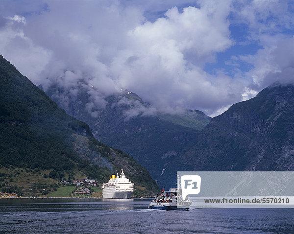 Kreuzfahrtschiff und Ausflugsboot im Geirangerfjord  UNESCO Weltnaturerbe  M¯re og Romsdal  Möre og Romsdal  Norwegen  Skandinavien  Europa