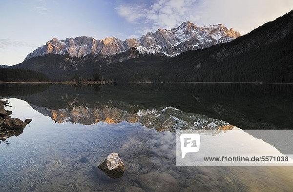 Zugspitze und Wettersteingebirge spiegeln sich im Eibsee  Garmisch-Partenkirchen  Bayern  Deutschland  Europa