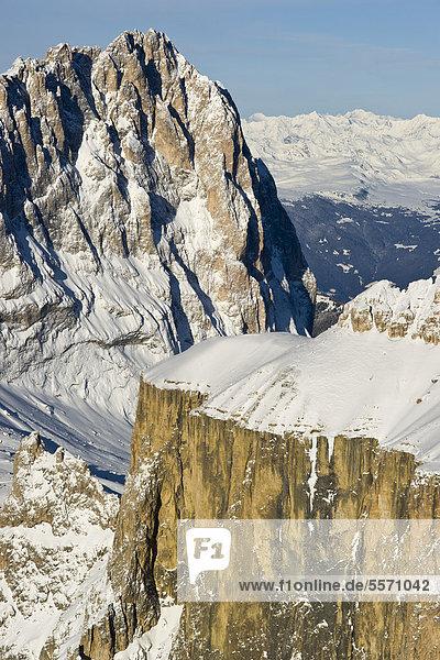 Langkofel oder Sassolungo und Sella Berge im Winter  Dolomiten  Italien  Europa