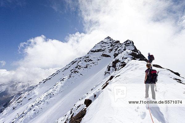 Wanderer beim Aufstieg über den Gipfelgrat zur Hinteren Eggenspitze im Ultental  Südtirol  Italien  Europa Wanderer beim Aufstieg über den Gipfelgrat zur Hinteren Eggenspitze im Ultental, Südtirol, Italien, Europa