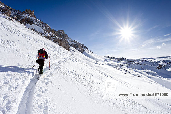 Skitourengeher beim Aufstieg zum Zendleser Kofel im Villnösstal oberhalb der Zanser Alm  Südtirol  Italien  Europa Skitourengeher beim Aufstieg zum Zendleser Kofel im Villnösstal oberhalb der Zanser Alm, Südtirol, Italien, Europa