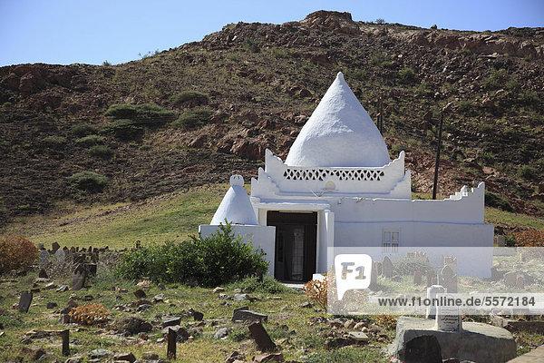 Arabischer Friedhof und Mausoleum von Scheich Muhammad bin Ali al-Alawi  Mirbat  Oman  Arabische Halbinsel  Naher Osten
