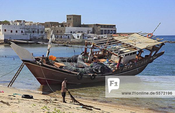 Dhau im Fischerhafen von Mirbat im Süden des Oman  Arabische Halbinsel  Naher Osten