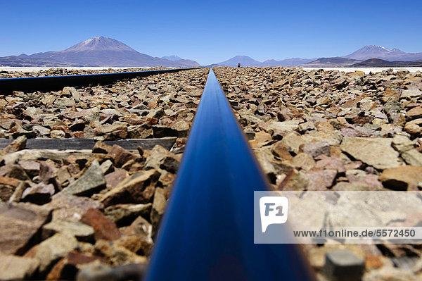 Eisenbahnschienen mit Andenbergen  Uyuni  Bolivien  Südamerika