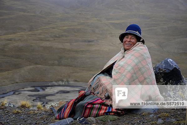 Indiofrau in Berglandschaft  Tuni  La Paz  Bolivien  Südamerika