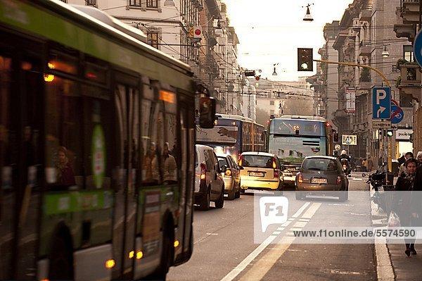 Italien  Lombardei  Mailand  Verkehr in Via Carducci