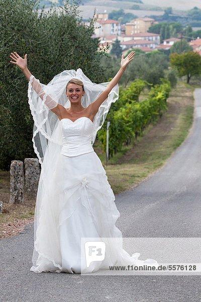 Blonde Braut auf Landstraße