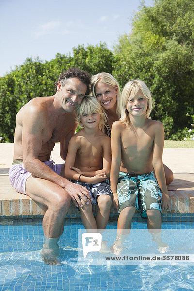 Familie beim gemeinsamen Entspannen am Pool  Portrait