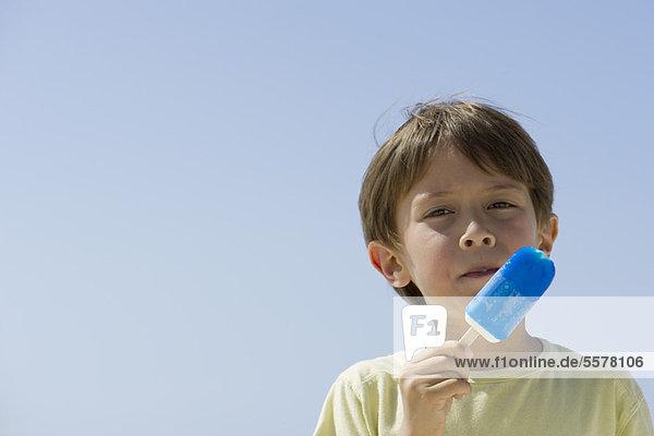 Junge isst Eis am Stiel  Portrait