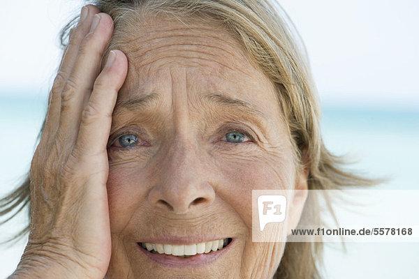 Seniorin mit verlegenem Gesichtsausdruck