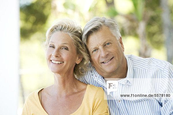 Erwachsenes Paar im Freien  Portrait