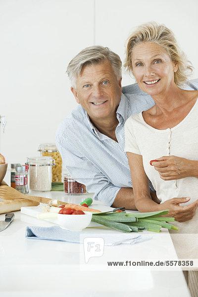 Reife Paare beim gemeinsamen Kochen  Porträt