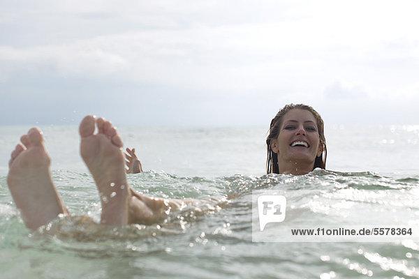 Frau  die im Meer schwimmt