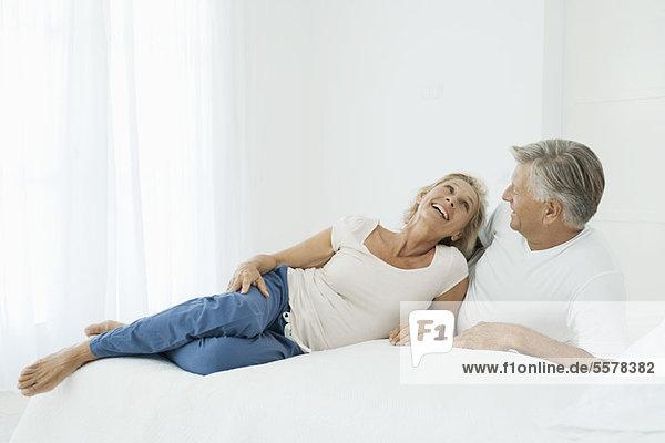 Das reife Paar entspannt sich gemeinsam auf dem Bett