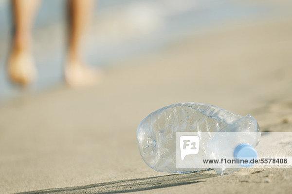 Verlassene Plastikflasche am Strand